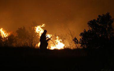 Vatrogasac gasi požar (Foto/Arhiva: Ivo Cagalj/PIXSELL)