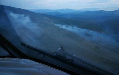 Pogled na požar kod Knina iz kanadera (Foto: MORH)