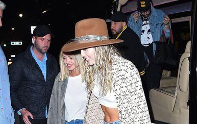 Miley Cyrus i Kaitlynn Carter (Foto: Profimedia)