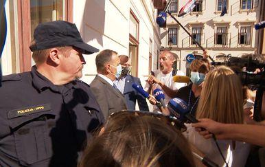 Građani dočekali ministra Beroša pred Vladom