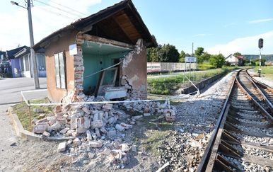 Novi Marof: Vlak naletio na automobil i bacio ga na skretničarsku kućicu
