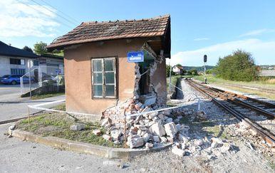 Novi Marof: Vlak naletio na automobil i bacio ga na skretničarsku kućicu - 2