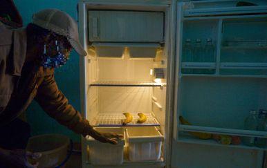 Muškarac pokazuje što ima u hladnjaku, ilustracija