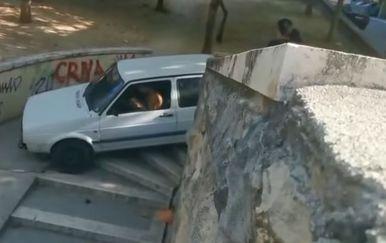 Auto na stepenicama