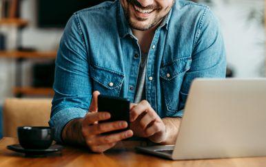 Muškarac s mobitelom