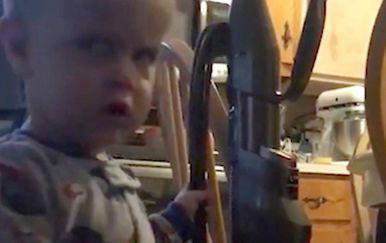 Malenog je Masona naljutio taj zločesti usisavač (FOTO: Profimedia)