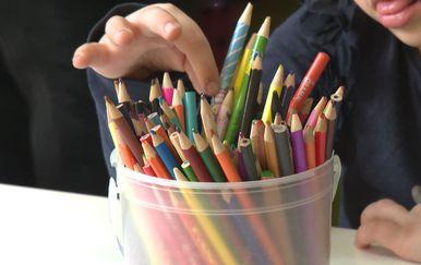 Dijete se igra s olovkama (Foto: Dnevnik.hr)