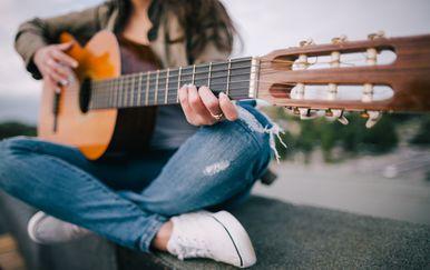 Žena svira gitaru na ulici, ilustracija (Guliver/Thinkstock)