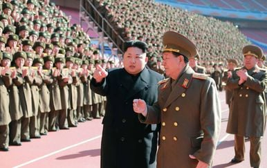 Kim Jong Un i general Hwang Pyong So (Foto: AFP)