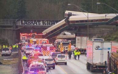 Vlak iskočio s tračnica (Screenshot: Reuters)