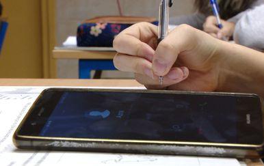 Ne mogu bez mobitela u školu (Foto: Dnevnik.hr) - 1
