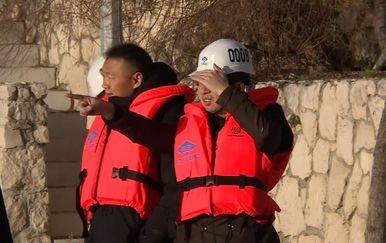 Radnik pokazuje na kineski brod Zen Hu (Foto: Dnevnik.hr)