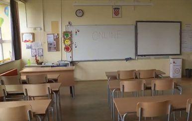 Prazna učionica s napisanim \