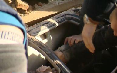 Dramatično spašavanje čovjeka iz automobila zatrpanog ruševinama