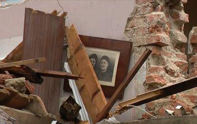 Obiteljska slika među ruševinama kuće u Petrinji