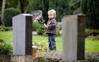 Dijete na groblju (FOTO: Profimedia)