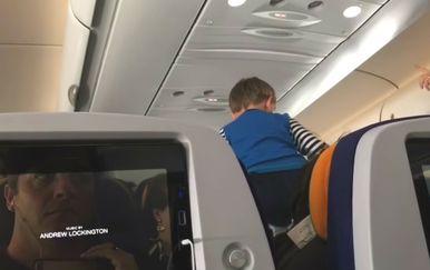 Dječakovi vriskovi su osam sati putnicima zagorčavali let (FOTO: YouTube/Screenshot)