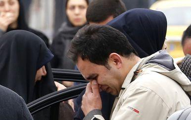 Rodbina i prijatelji tuguju za poginulim putnicima i članovima posade palog putničkog aviona u Iranu (Foto: AFP)