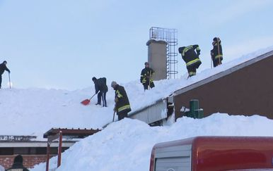 Vatrogasci pokušavaju spasiti krov doma zdravlja u Ravnoj Gori (Foto: Dnevnik.hr) - 2