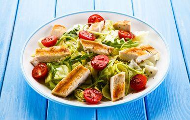 Salata s pečenom piletinom