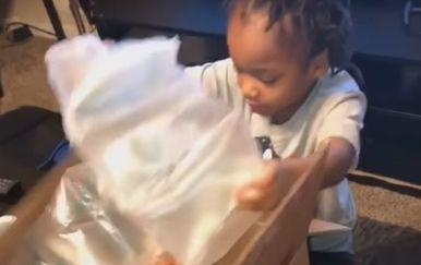 Otvaranje poklona (Foto: Screenshot/YouTube)