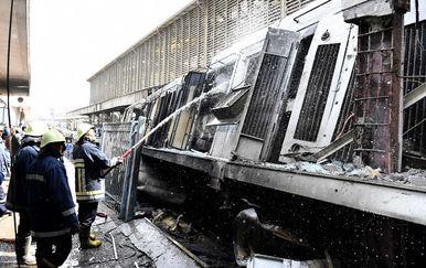 Lokomotiva je eksplodirala nakon što je udairo u betonski odbojnik (Foto: AFP) - 3