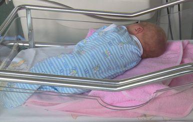 Beba u krevetiću