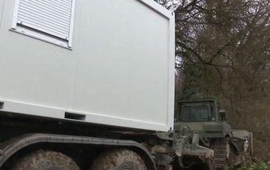 Vojska dovozi kontejnere u Banovinu - 3