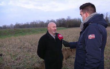 Stjepan Ivoš i Domagoj Mikić u polju s pukotinama u zemlji