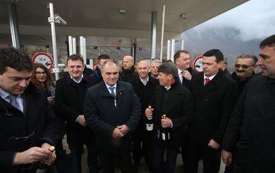 Župan Blaženko Boban zajedno s načelnicima općina s obje strane Biokova otvorio je šampanjac u povodu ukidanja tunelarine kroz tunel sv. Ilija (Foto: Ivo Cagalj/PIXSELL)