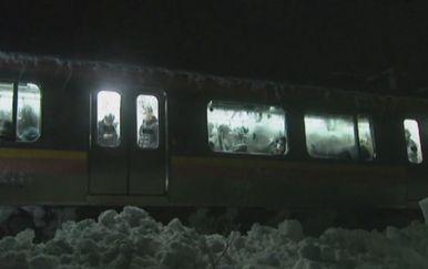 Vlak zapeo u snijegu u Japanu (Screenshot APTN)