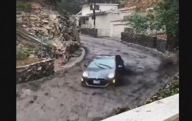 Bujica u Kalifoniji odnijela automobil (Screenshot Reuters)