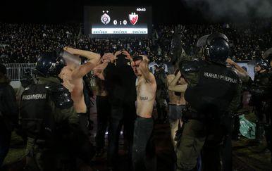 Huligani nakon derbija na Partizanovu stadionu (Foto: AFP)
