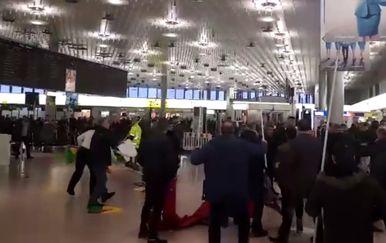 Tučnjava na aerodromu u Hannoveru (Screenshot Facebook)