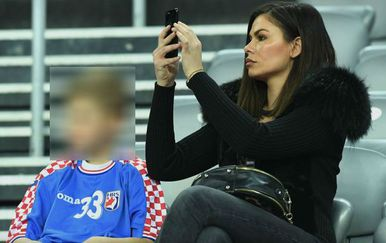 Malina Grahek bodrila rukometaše (Foto: Marko Lukunic/PIXSELL)