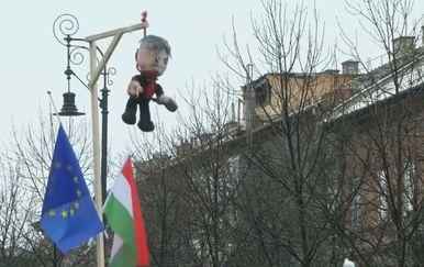 Igračka Orbana obješena na vješala dio povorke protesta u Budimpešti (Foto: Dnevnik.hr)