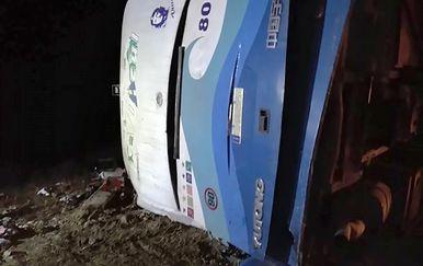 Autobus se prevrnuo prilikom pretjecanja (Foto: AFP)