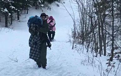 Policajci su djecu nosili kroz duboki snijeg (Foto: Arhiva/MUP) - 6