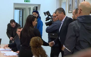 Ministar Kujundžić se rukuje s majkom preminulog dječaka Gabrijela (Foto: Dnevnik.hr)