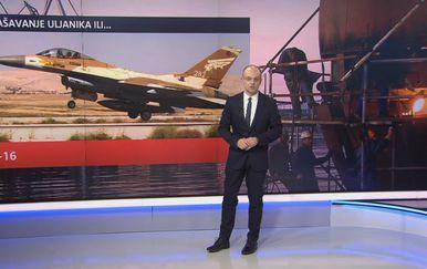 Mislav Bago ispred slike aviona