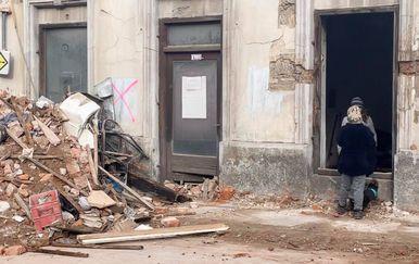 Dječaci riskiraju život u ruševinama Petrinje