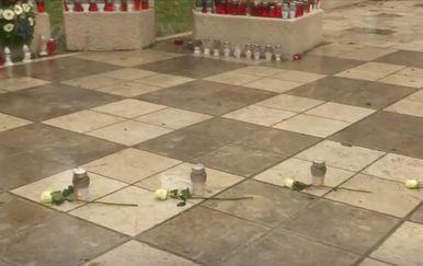Ruže postavljene u spomen osmero mladih iz Posušja