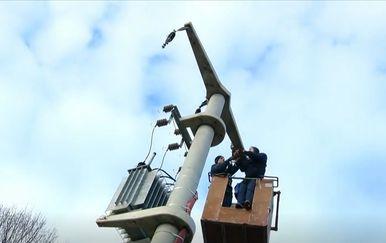 Radnici HEP-a popravljaju dovode struje u Banovini
