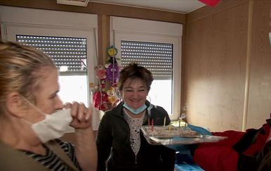 Crveni križ donio tortu Snježani Žučko - 1