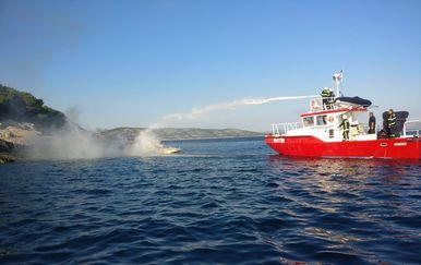 Intervencija gašenja plovila (Foto: Facebook/DVD Zlarin)