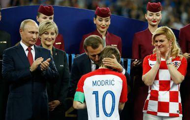 Luka Modrić prima nagradu za najboljeg igrača SP-a (Foto: AFP)