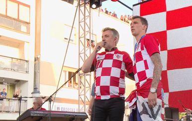 Miroslav Škoro i Mario Mandžukić na dočeku u Slavonskom Brodu (Foto: Dnevnik.hr)