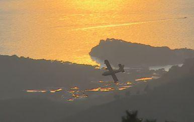 Kanader u gašenju požara (Foto: Vijesti u 17h)