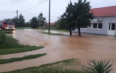 Novi Bešinci: Poplavljene ulice (Foto: pozega.eu) - 4