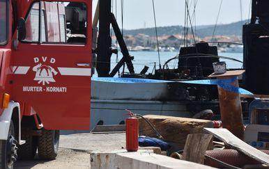 Gorjela brodica na Murteru (Foto: Hrvoje Jelavic/PIXSELL)